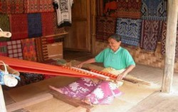 Tenun Toraja,Toraja Adventure,TORAJA CULTURE AND NATURE TOUR WITH RAFTING 4 Days / 3 Nights
